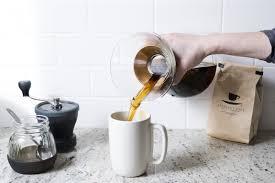 Cafetière Chemex et café servi dans un mug blanc